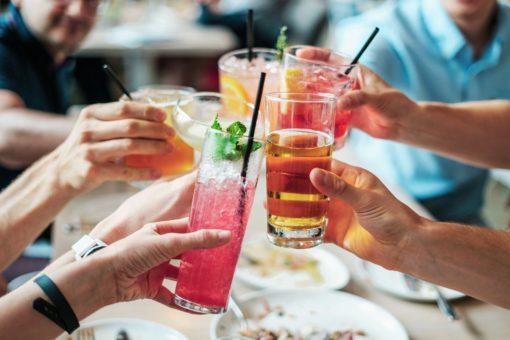 Cocktails trinken Gastgarten