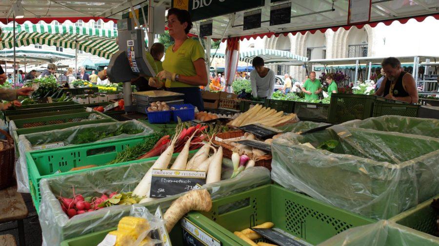 Frisches Obst und Gemüse in den Standln der Schranne in Salzburg