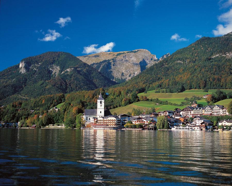 Blick über den Wolfgangsee zur Kirche und dem Ort St. Wolfgang