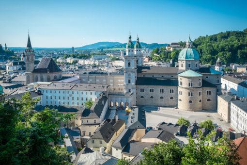 Blick vom Mönchsberg auf die Altstadt mit Dom und Domquartier.
