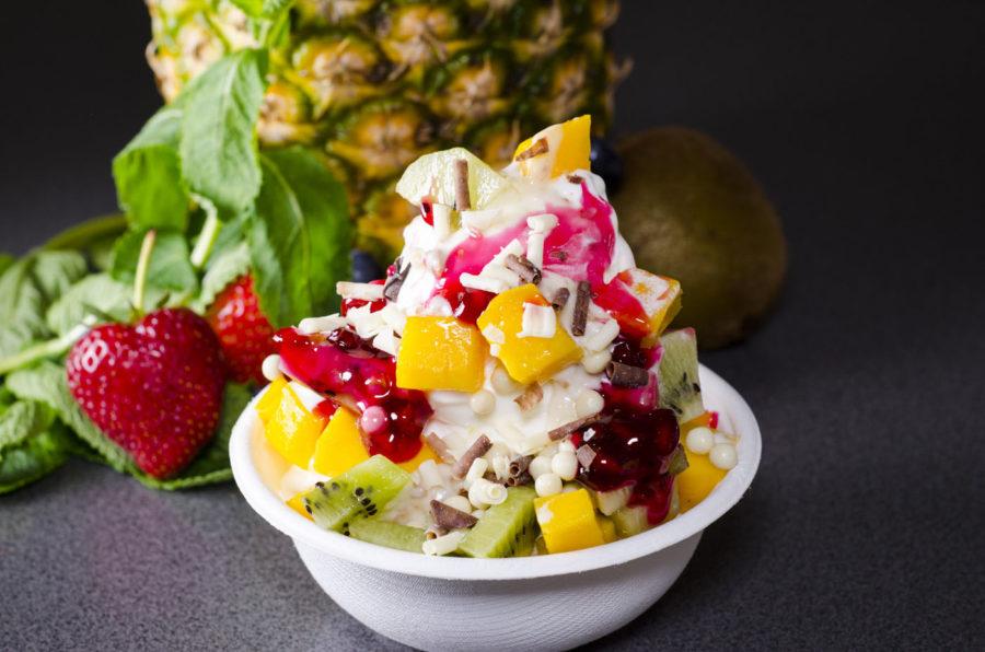 Frozen Yogurt mit Obst als Topping
