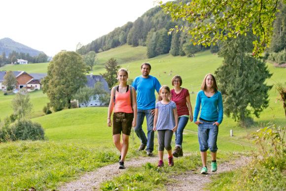 Familie wandert am Fuschlsee