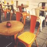 Stühle und Tische in einem Gastgarten