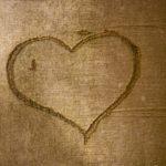 In die Rinde eines Baumes eingeritztes Herz