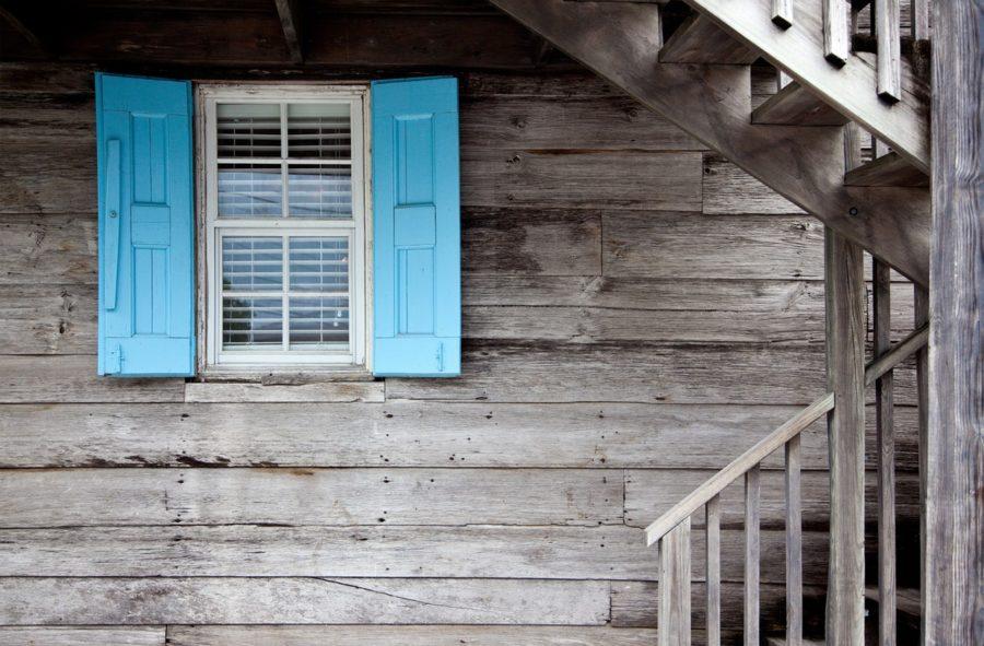 Berghütte mit blauem Fenster