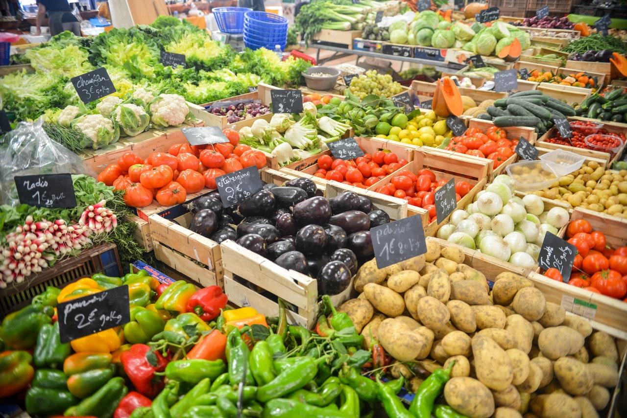 Marktstand mit ganz viel Obst und Gemüse