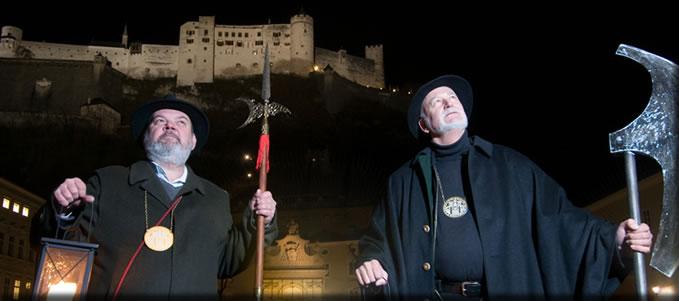 Zwei Nachtwächter bei einer Nachtwächterführung durch Salzburg