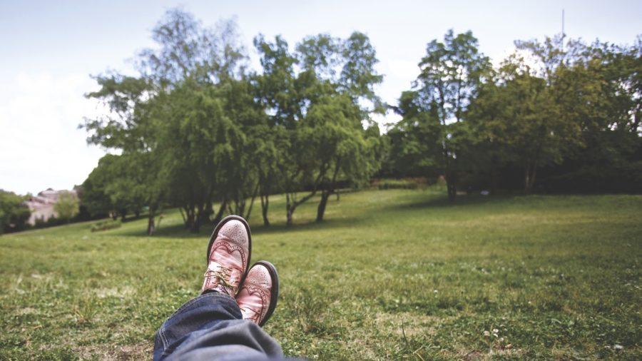 Foto von Beinen von einer Person die in einem Park entspannt