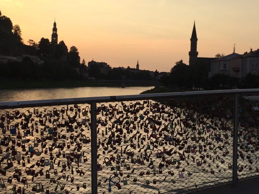 Der Makartsteg in Salzburg mit all seinen Liebesschlössern im Sonnenuntergang