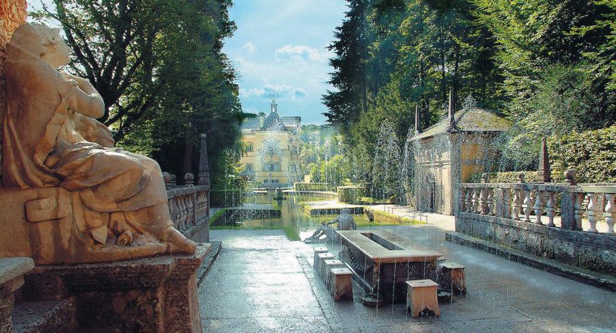 Die Wasserspiele bei Schloss Hellbrunn. Blick auf den Fürstentisch.