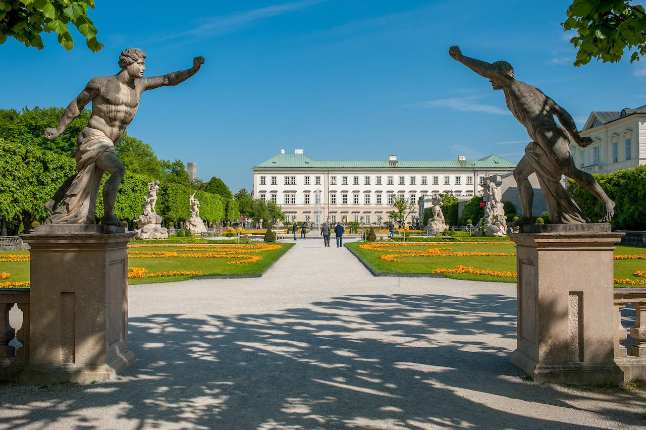 Porgesische Fechter am Eingang zum Mirabellgarten, mit Blick auf das Schloss Mirabell.