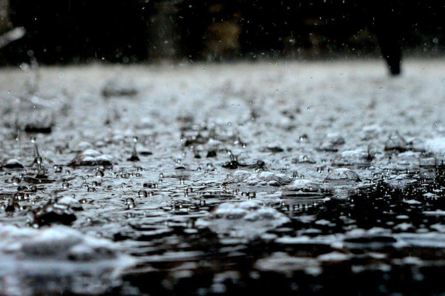 Straße auf die der Regen platzt