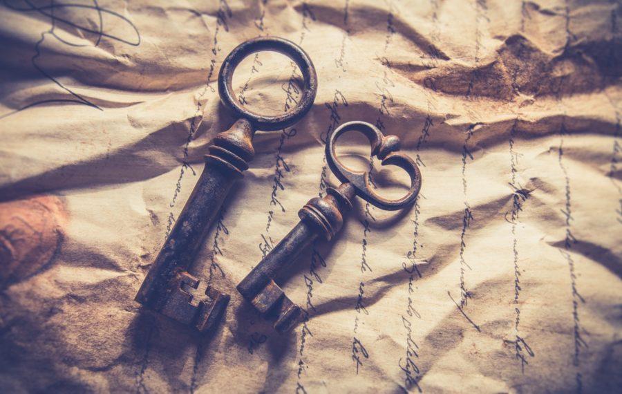 Alte Messingschlüssel liegend auf einem zerknitterten Stück Papier
