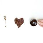 I love Coffee aus einem Löffel, Kaffeebohnen und einer Kaffeetasse