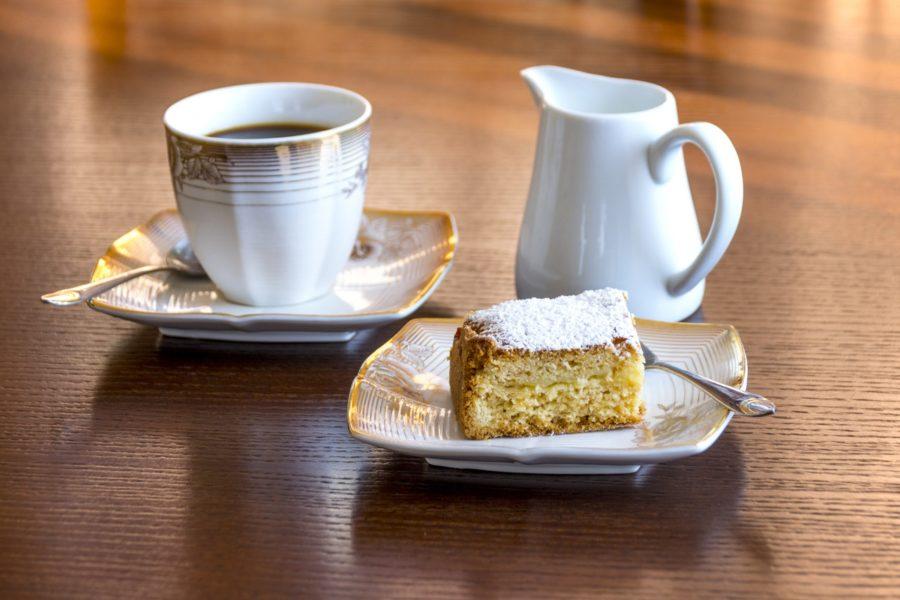 Kaffee, Kuchen und ein Milch-Kännchen