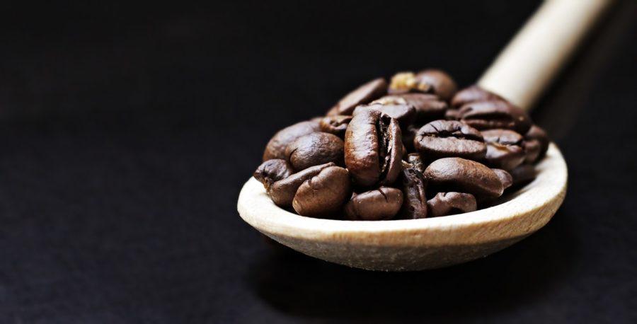 Holzlöffel mit Kaffeebohnen