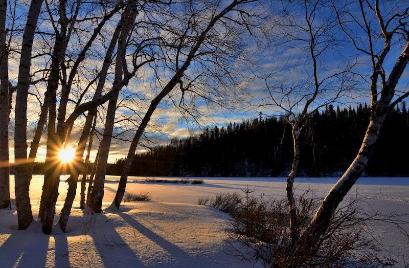verschneite Landschaft mit Sonnenuntergang