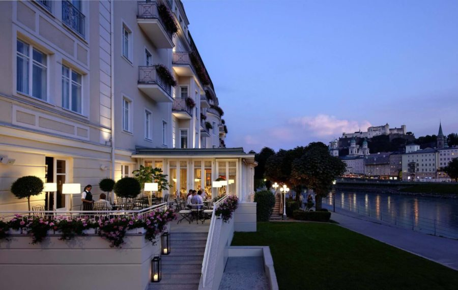 Außenansicht der Terrasse des Hotel Sacher in Salzburg