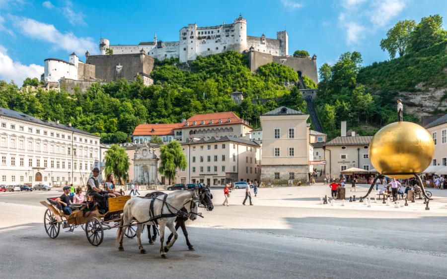 Der Salzburger Kapitelplatz mit Blick auf die Festung Hohensalzburg
