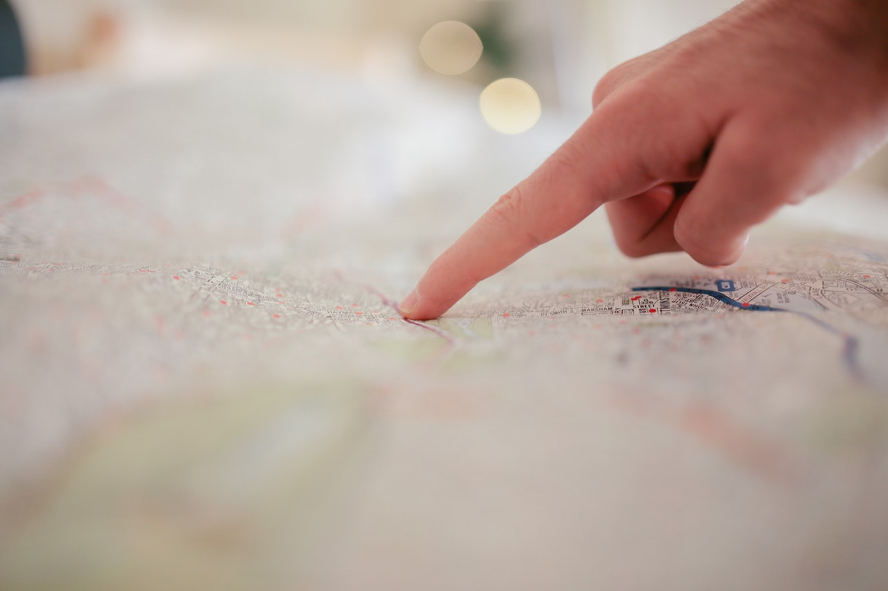 Finger auf einer Landkarte