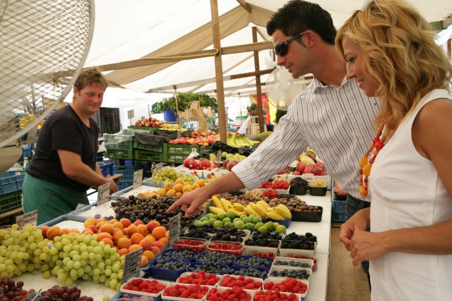 Obstverkauf am Wochenmarkt Schranne in Salzburg