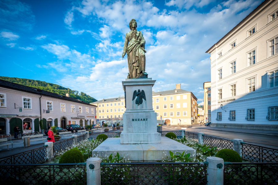 Der Mozartplatz mit dem Mozartdenkmal