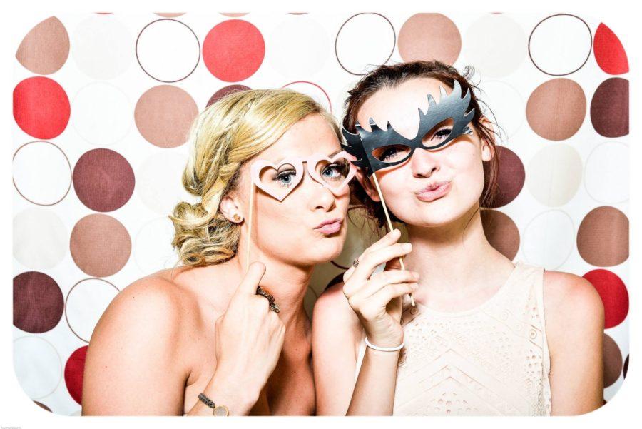 zwei Mädels posieren für ein Foto