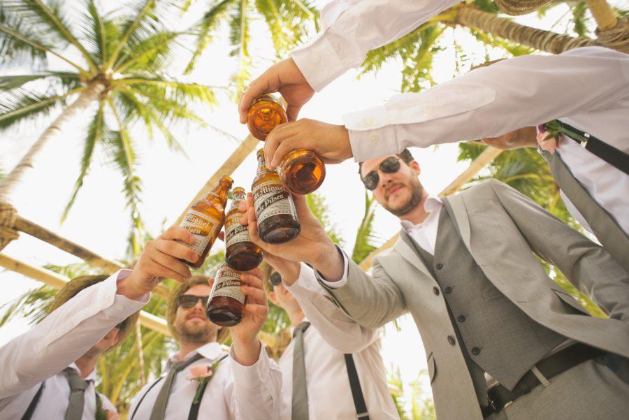 Eine Männerrunde beim Poltern unter Palmen