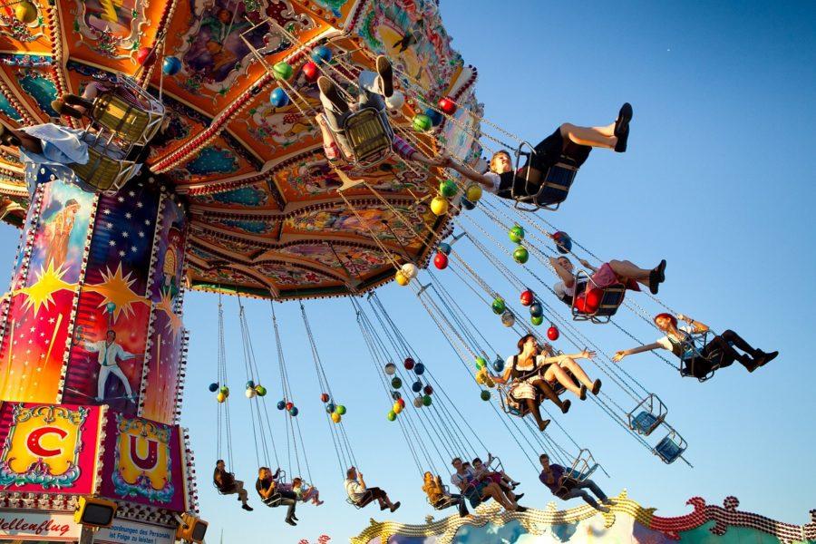 Menschen fahren mit einem Karusell