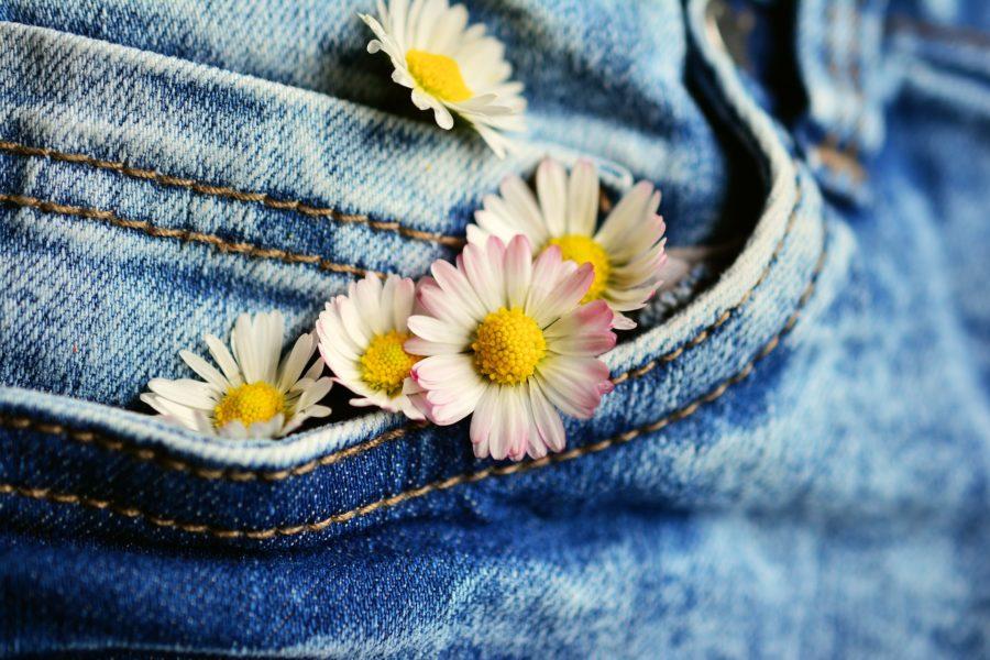 Jeans mit Blumen in der Tasche