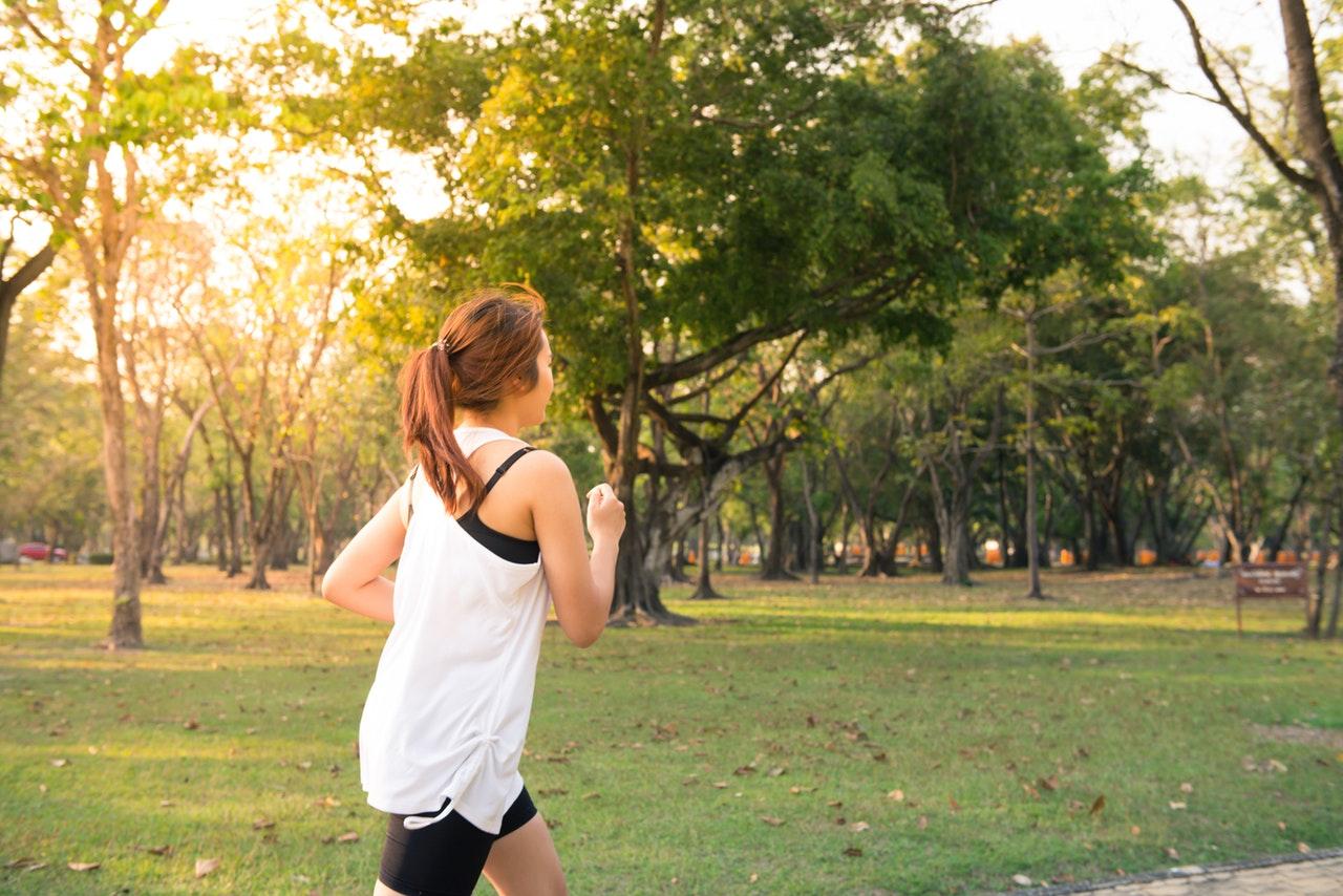 Frau läuft durch einen Park