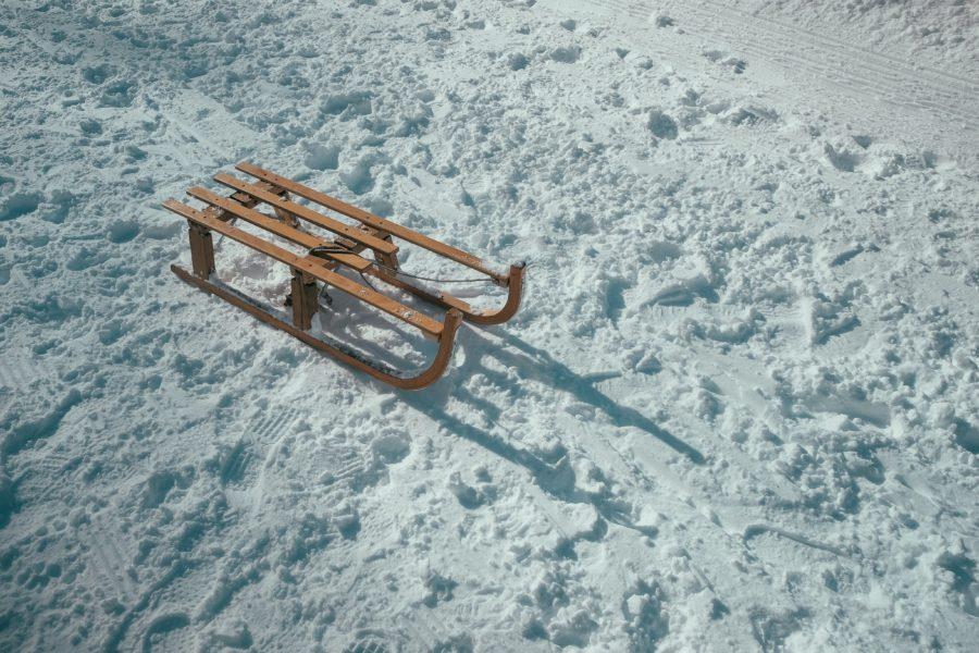 brauner Schlitten im Schnee